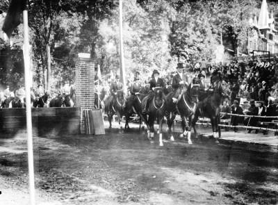 Mergeti la Arhiva istorică de film a Braşovului – Concursul Clubului Călăreţilor din Braşov, 1933.