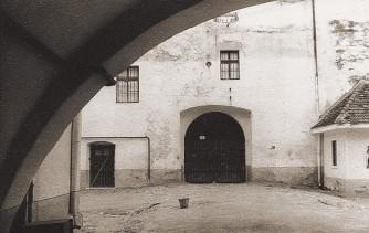 1960: Intrarea în incinta a II-a (foto arh. L. Pavelescu, Arhiva Institutului Naţional al Patrimoniului –Fototeca D.M.I.)