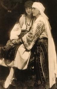 Principesa Ileana şi regina Maria lângă fântâna din curtea interioară a castelului Bran, 1924