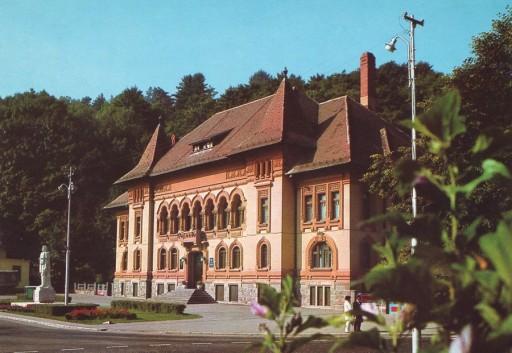 """Sediul Bibliotecii Judeţene """"George Bariţiu"""" Braşov. Statuia lui George Bariţiu, sculptată de Nicolae Enea, a fost dezvelită în 11 august 1973 (carte poştală editată în anii 1980)"""