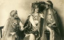 Regina Maria cu fiicele sale, Regina Marioara a Iugoslaviei şi Regina Elisabeta a Greciei, foto Mandy - Et. Lónyai, 16 octombrie 1922