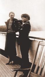 Alexandra Dimăncescu şi Principele moştenitor Mihai care mânuieşte un aparat de fotografiat cu film de 16 mm