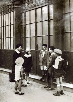 Fetele lui Berman cu colegii lor în faţa şcolii de pe strada Lânăriei (str. Şerban Vodă)