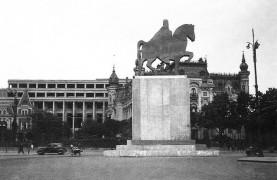 Palatul vechi al Ministerului de Externe şi palatul nou al Ministerului de Externe (în prezent Palatul Victoria), aflat în construcţie, şi macheta monumentului Regelui Ferdinand I, mai 1939, colecţia Mădălin Ghigeanu.