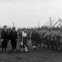 Secvenţe din filmul realizat cu ocazia inspecţiei efectuate de Regele Ferdinand I al României la cazarma Regimentului 5 Vânători de Munte, Braşov, 5 octombrie 1920 (o copie a filmului se păstrează la Arhivele Naţionale de Film ale României)