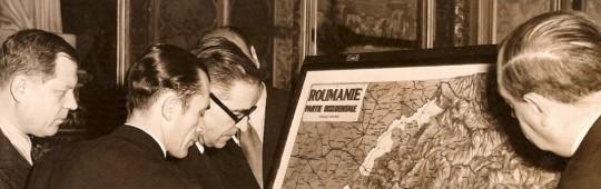 Înainte de expozeul președintelui delegației, Ghe. Tătărescu, Dimitri D. Dimăncescu marcând pe harta în relief teritoriile cerute de maghiari