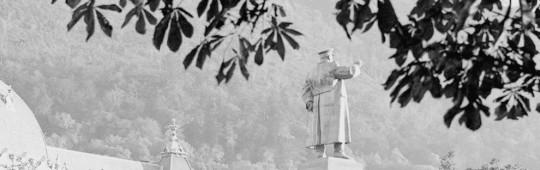 Brașov – statuia lui I.V. Stalin văzută din Parcul prieteniei, aprox. 1952